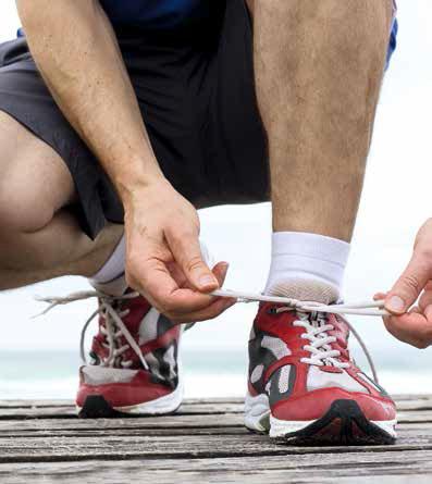 Läufer bindet seine Schuhe